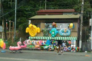 伊豆伊東にあった浮き輪を並べるカオスな店