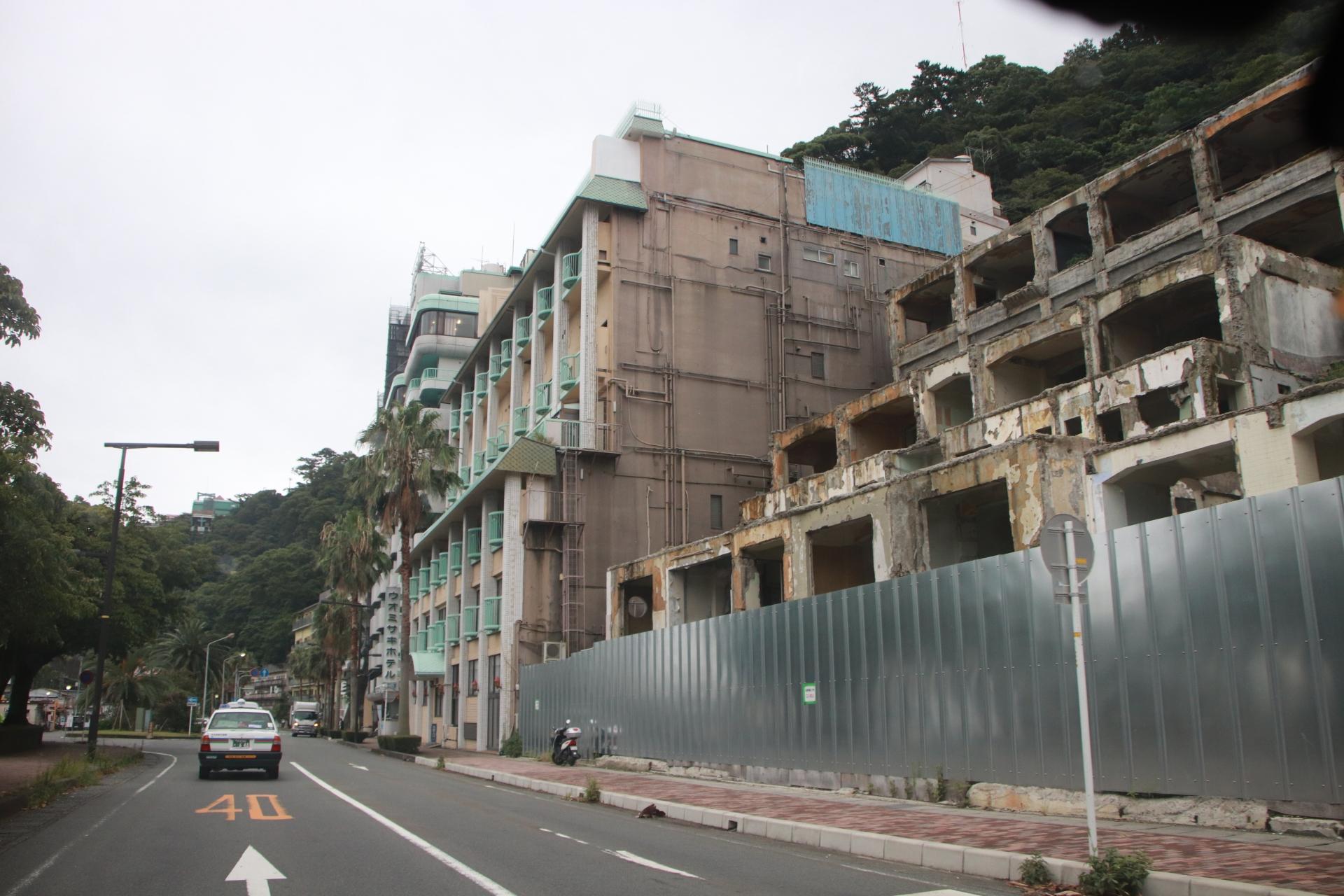 伊豆・熱海港付近のホテル街が廃墟なんですよ!